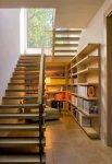 بالصور  طريقة مبتكرة لإستغلال المساحة أسفل سلم المنزل