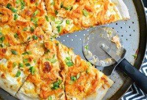 بيتزا الدجاج الحارة بصلصة البافلو 300x204 بيتزا الدجاج الحارة بصلصة البافلو