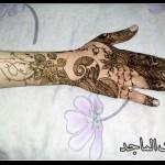 ورود الرقيقة التي تتميز بها نقوش بنت الماجد و النقوش الانيقة على الاصابع التي تشتهر بها نقوش الحناء لبنت الماجد