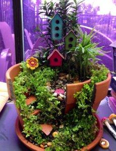 broken flower pot fairy gardens 1 230x300 استغلال الأشياء وتحويلها الى ديكور لتزين المنزل