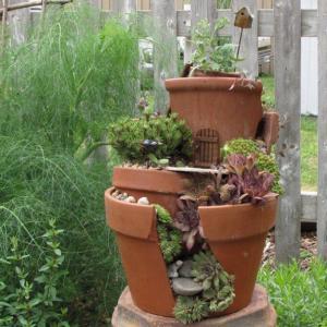 broken flower pot fairy gardens 10 300x300 استغلال الأشياء وتحويلها الى ديكور لتزين المنزل