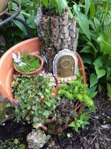 broken flower pot fairy gardens 12 225x300 استغلال الأشياء وتحويلها الى ديكور لتزين المنزل