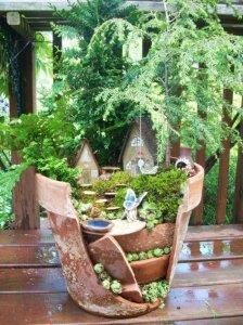 broken flower pot fairy gardens 13 224x300 استغلال الأشياء وتحويلها الى ديكور لتزين المنزل