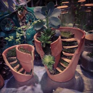 broken flower pot fairy gardens 15 300x300 استغلال الأشياء وتحويلها الى ديكور لتزين المنزل