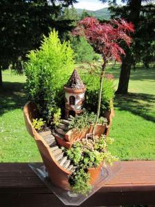 broken flower pot fairy gardens 171 595x793 225x300 استغلال الأشياء وتحويلها الى ديكور لتزين المنزل