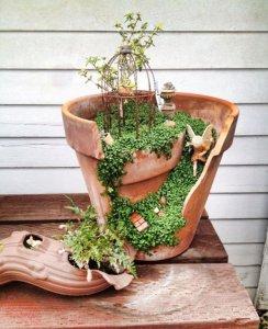broken flower pot fairy gardens 18 244x300 استغلال الأشياء وتحويلها الى ديكور لتزين المنزل