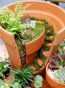 broken flower pot fairy gardens 2 224x300 استغلال الأشياء وتحويلها الى ديكور لتزين المنزل