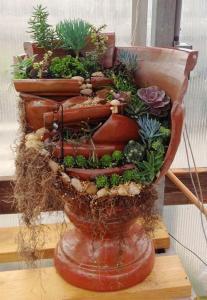 broken flower pot fairy gardens 7 207x300 استغلال الأشياء وتحويلها الى ديكور لتزين المنزل