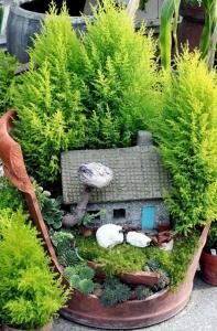 broken flower pot fairy gardens 8 197x300 استغلال الأشياء وتحويلها الى ديكور لتزين المنزل